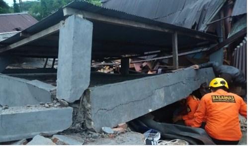 Anggota Basarnas mengevakuasi korban reruntuhan dengan alat seadanya, Jumat 15 Januari 2021 / [Foto Basarnas]