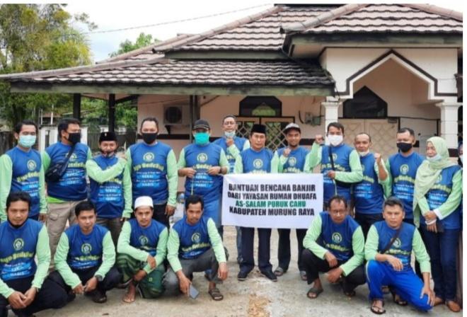 Wabup Mura Rejikinoor S.Sos melepas penyaluran bantuan untuk korban bencana banjir di Kalsel