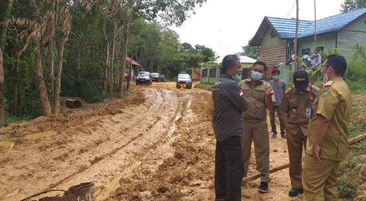 Begini kondisi Jalan Lintas penghubung dua kecamatan Lahei dan Lahei Barat rusak parah, bak kubangan lumpur. Kadis PUPR M Iman Tofik saat meninjau jalan di Desa Luwe Hilir.
