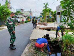 Personel Subdenpom Sampit Bersihkan Lingkungan Sekitar