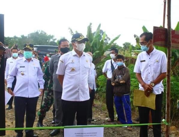 Bupati Mura Drs Perdie M Yoseph saat meninjau pelaksanaan Pilkades di Desa Bahitom