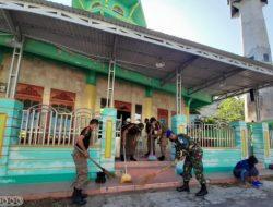 Personil Denpom Bersih Mesjid di Kapuas