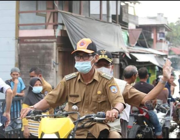 Bupati Mura Perdie M Yoseph saat memantau banjir bersama Camat Murung Fitrianul Fahriman
