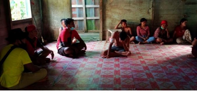 Suasana di rumah duka di desa Muara Joloi II