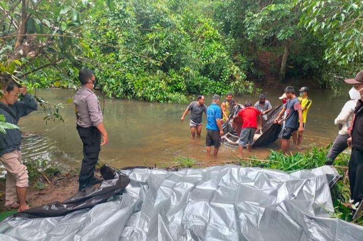 Jasad korban saat dievakuasi warga dari sungai